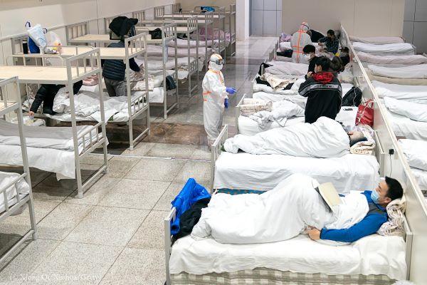 Hospitalizaciones en EEUU alcanzan nuevo máximo y comienzan a controlar camas